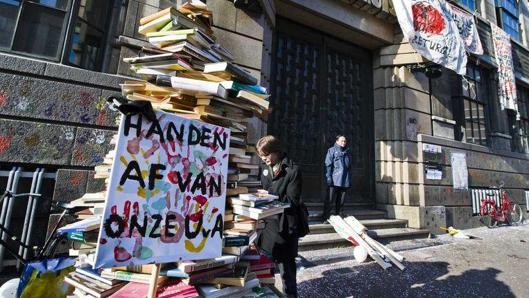 Studenten bezetten het Bungehuis om hun roep om democratisering kracht bij te zetten. Beeld Novum