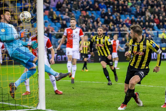 De gelijkmaker. Guram Kashia (rechts) kopt de 1-1 binnen. Van korte afstand kan doelman Brad Jones van Feyenoord niet meer adequaat reageren.