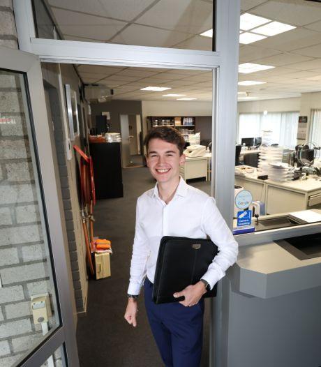 Wesley (20): geen deurverkóper maar toch echt een deurwáárder, de jongste van het land