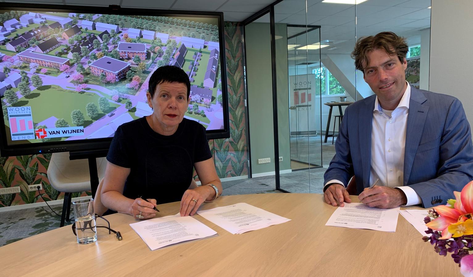 Rens Rikken, adjunct directeur bij Van Wijnen Projectontwikkeling en Germa Knuver directeur- bestuurder van Woonstichting Gendt tekenden deze week de samenwerkingsovereenkomst.