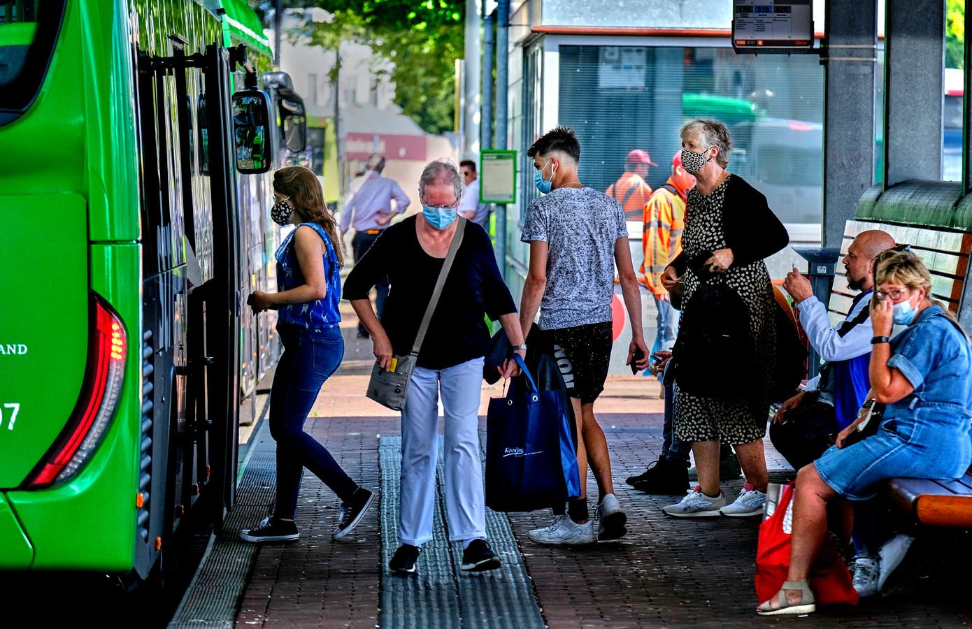 Afgelopen zomer werd de bus nog redelijk gebruikt, maar door de nieuwe lockdown is het aantal reizigers met 65 procent afgenomen.