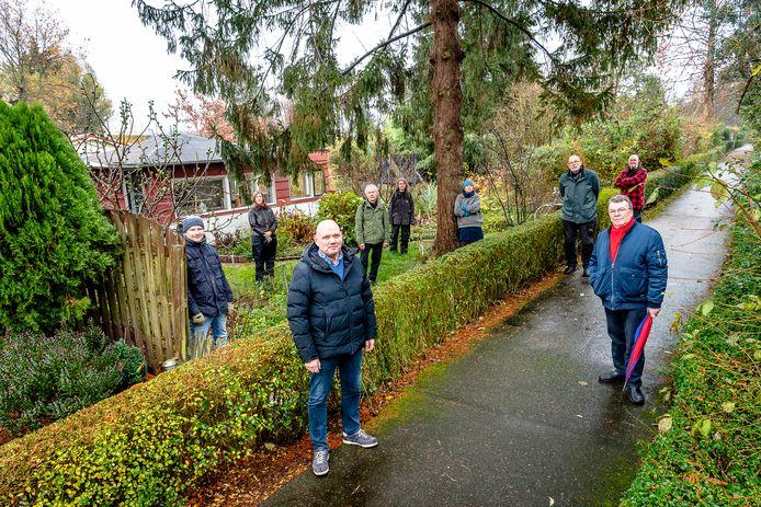 Een aantal boze leden van volkstuinvereniging Streven naar Verbetering in het deel van het complex dat mogelijk moet wijken voor voetbalvelden. In het midden vooraan voorzitter Rob van Dijk.