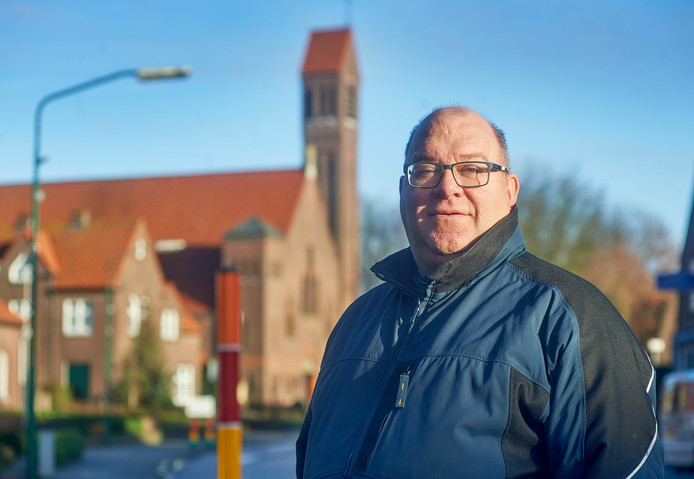 Chris van de Ven bij de kerk te Vorstenbosch.