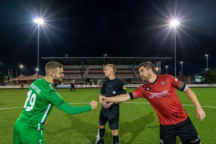 SC Bemmel-MASV. Captain Ricky Houterman (rechts) en de aanvoerder MASV, Wesley Martens. Achter hen de lege tribunes.