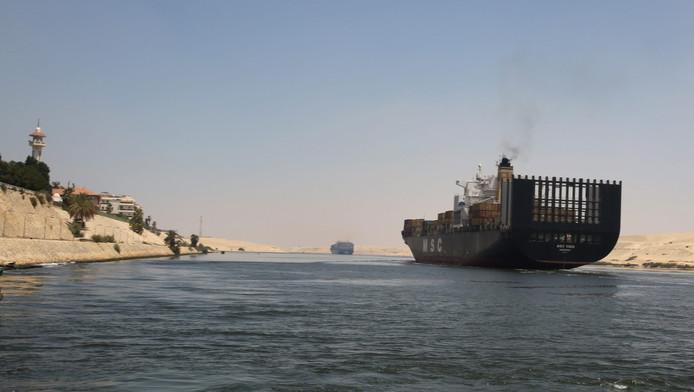 Een schip in het Suezkanaal in Egypte
