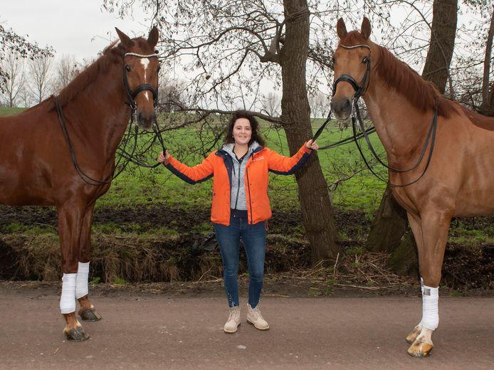 Dressuuramazone Jeanine Nieuwenhuis met links TC Athene, één van haar toppaarden die ze nu heeft moeten terugtrekken uit de topsport.