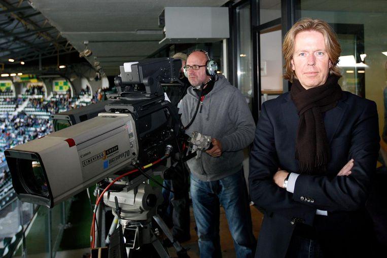 De Jong in 20111, dan algemeen directeur van de NOS, voor aanvang van de wedstrijd ADO Den Haag - Vitesse, boven in het stadion bij de cameraploeg. Beeld Henk Jan Dijks