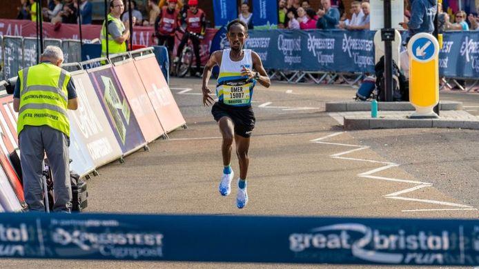 Omar Ahmed werd gediskwalificeerd op de halve marathon van Bristol.