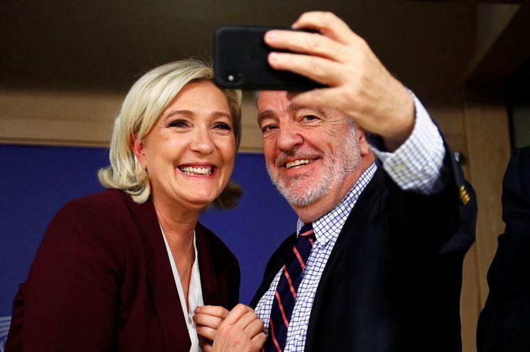 Marine Le Pen (Rassemblement National) en Gerolf Annemans (Vlaams Belang) stelden donderdag de nieuwe fractie voor in het Europees Parlement in Brussel. Beeld REUTERS