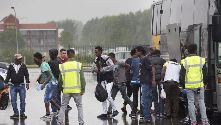 Een groep asielzoekers komt met een bus aan bij de Zeelandhallen. Beeld anp