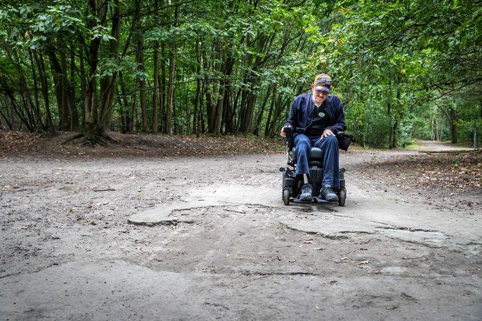 Henk van Buul probeert het slecht begaanbare rolstoelpad in Geldrop te volgen.