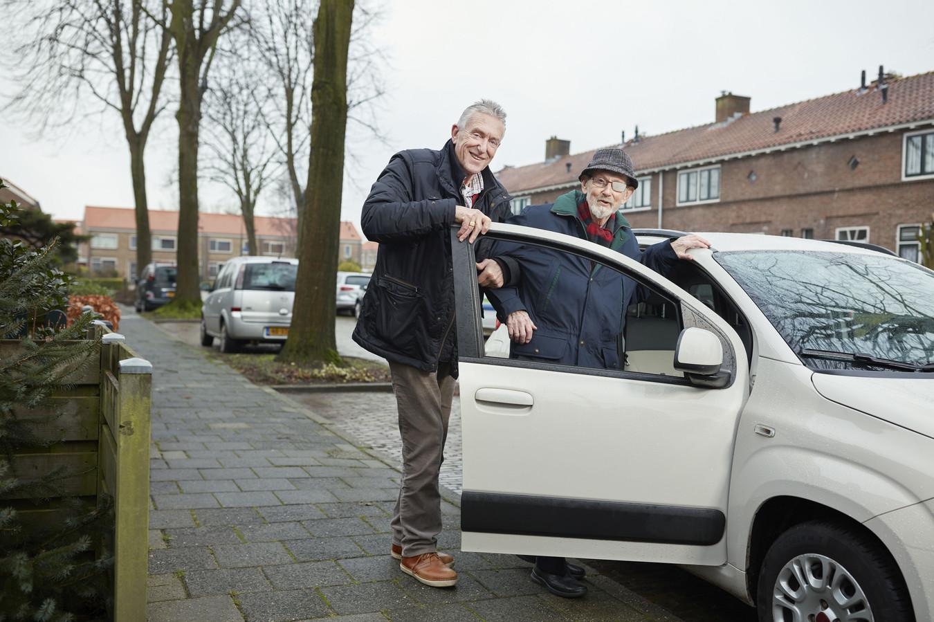 Een vrijwilliger haalt een man op om hem naar diens afspraak te brengen.