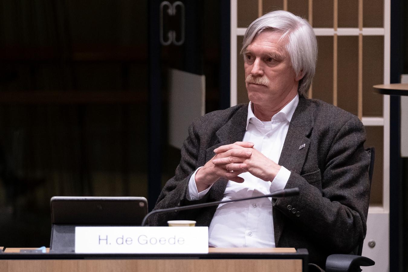 Hans de Goede tijdens een vergadering van het presidium. De gemeente rijdt een scheve schaats, waarschuwt hij.