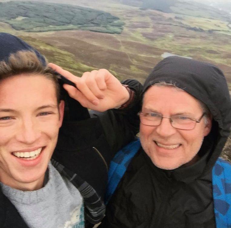 Mijn vader en ik op de top van de Ben Vracky. Beeld Stijn De Wandeleer