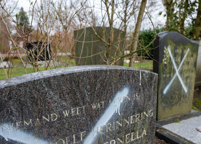 In Arnemuiden zijn witte kruizen gespoten op vier grafstenen die weggehaald mogen worden. Dat is ook gebeurd bij zestig graven in Middelburg, Sint Laurens en Nieuw- en Sint Joosland.