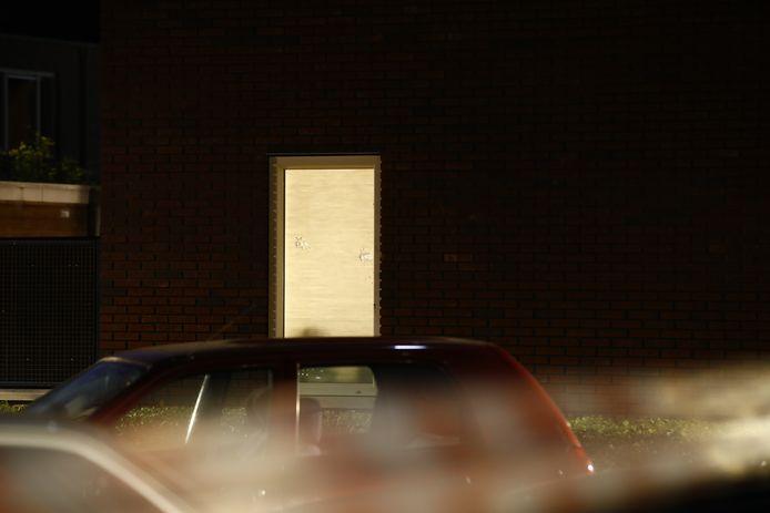 Al snel wordt duidelijk dat er geschoten is. Twee kogelgaten in een ruit van een woning vlakbij de plek waar de schietpartij plaatsvond.