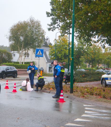 Vrouw gewond na val met scooter op rotonde in Soest
