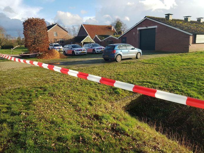 Politie na de ontdekking van het drugslab in Vragender, begin 2019.