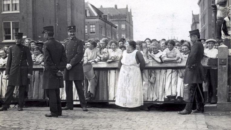 Vrouwen tijdens de oproer op de Cruquiusweg Beeld Stichting Aardappeloproerfestival