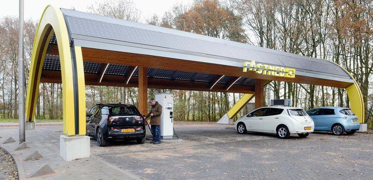 Een automobilist laadt zijn elektrische auto bij een snellaadstation van Fastned. Beeld anp