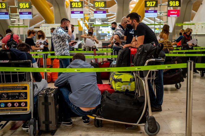 Reizigers op de luchthaven van Madrid.