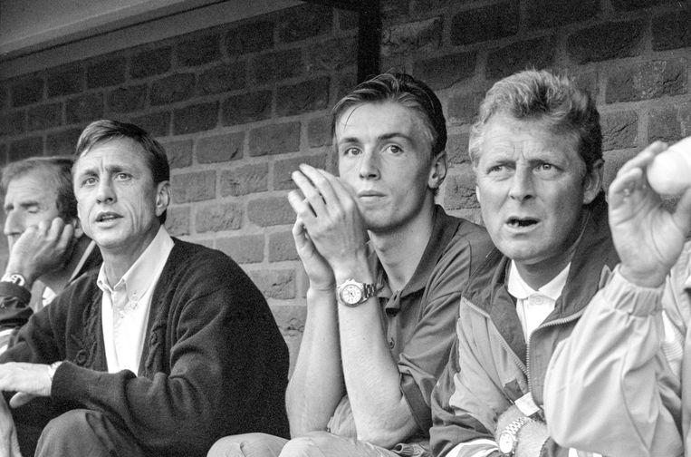1991: trainingskamp van Barcelona in Haaksbergen. Op de bank Johan Cruijff met assistent Tonny Bruins Slot (r), in het midden Richard Witschge. Beeld Hollandse Hoogte / Leo Vogelzang