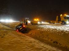 Sneeuwoverlast: auto's in de sloot en snelweg bij Lelystad dicht