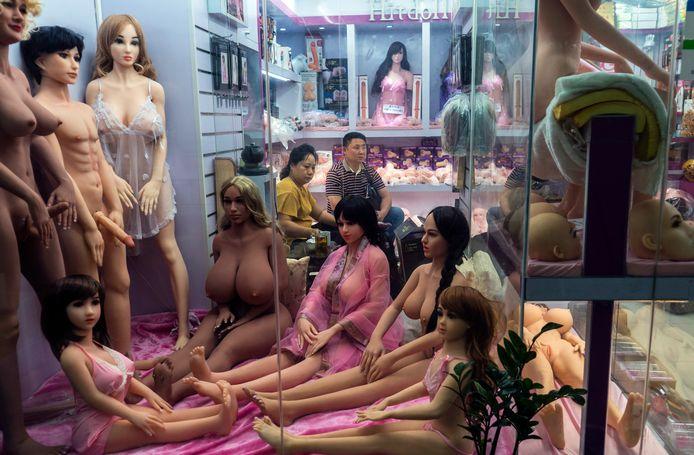 Een Chinese verkoper van (kinder)sekspoppen in Guangzhou.