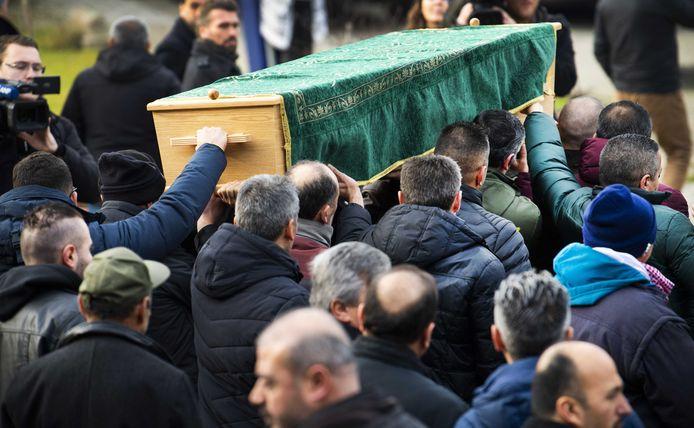 De kist van de 12-jarige Bekiro bij de Turkiyem Moskee in de Arnhemse wijk Presikhaaf. De jongen werd in zijn woning aan de Dragonstraat om het leven gebracht door zijn vader Tevfik G.