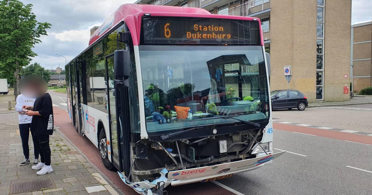 Alweer een botsing tussen een auto en een stadsbus in Nijmegen.