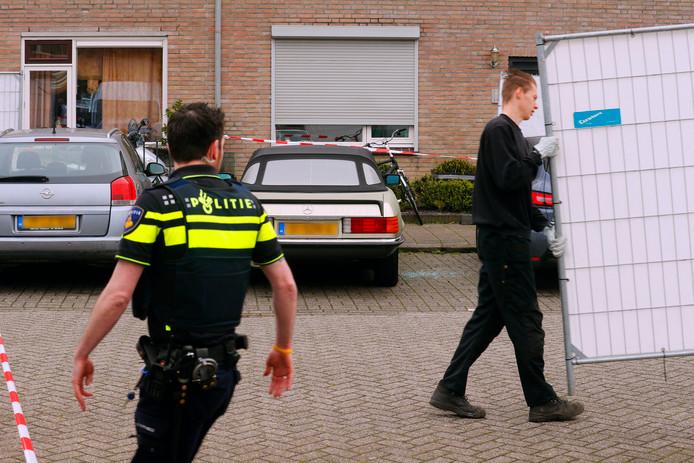 De Mercedes waarin Toon Sweegers donderdagochtend dood werd aangetroffen, wordt afgeschermd.