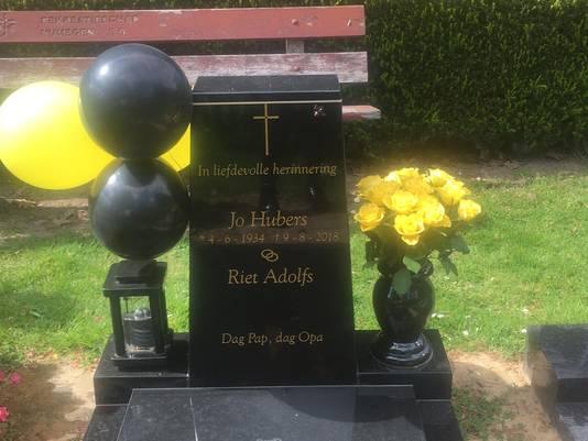 Het versierde graf van Jo Hubers.
