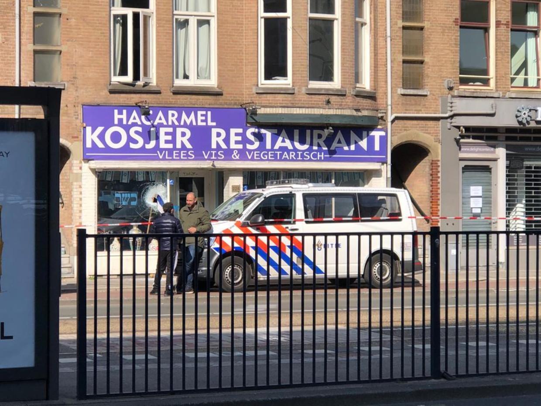 De voorruit van het restaurant is vernield.  Beeld Jop van Kempen