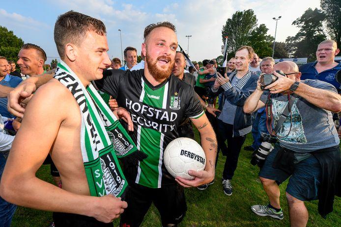 Barry Rog en Levi Schwiebbe (rechts) vieren de promotie van SVV Scheveningen naar de tweede divisie. Foto: Angelo Blankespoor