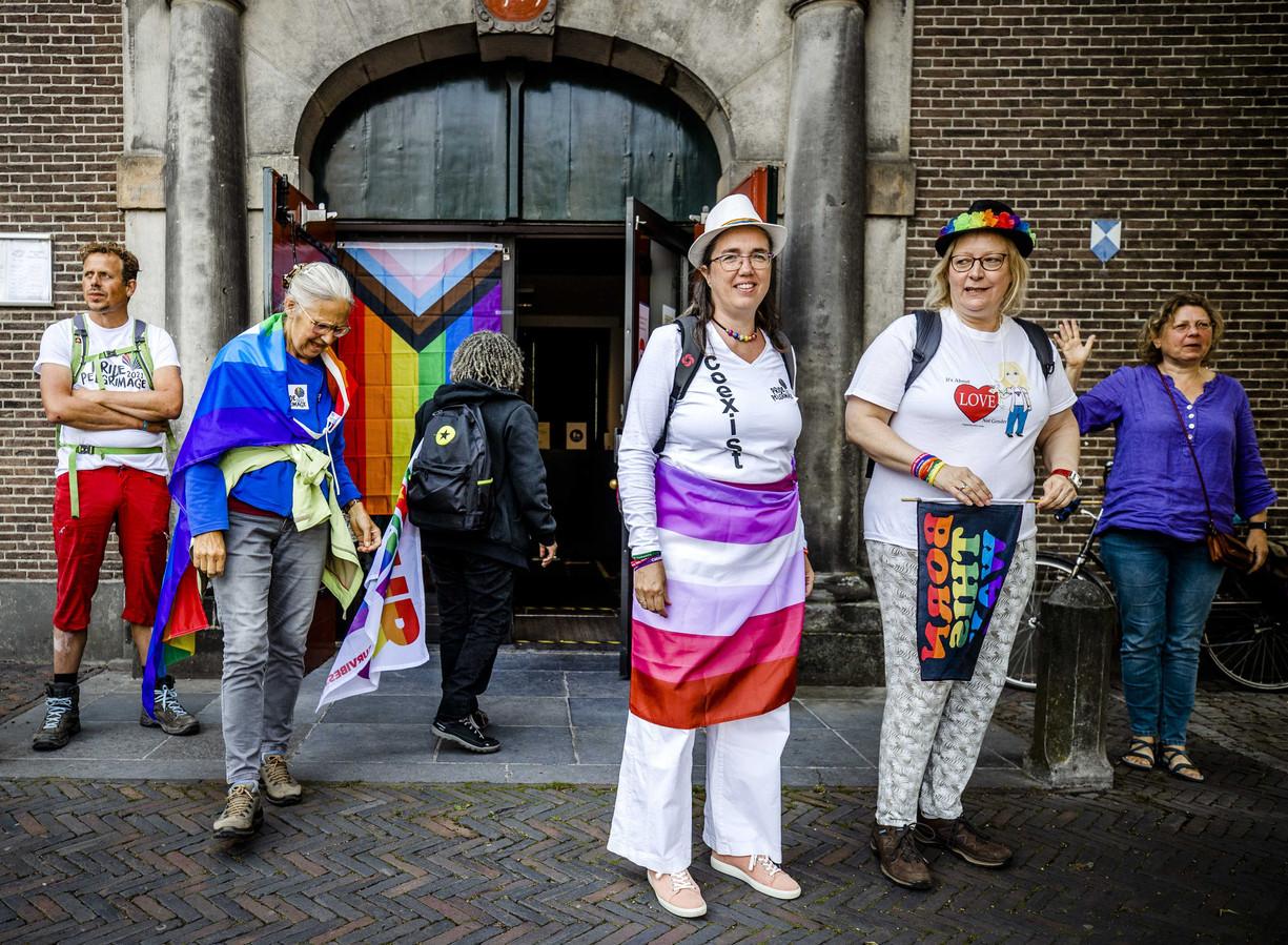 Een groep gelovige lhbti'ers gisteren tijdens het begin van een pelgrimstocht langs elf kerken tussen Utrecht en Amsterdam. Met deze Pride Pelgrimage vieren ze het 25-jarig bestaan van Amsterdam Pride.