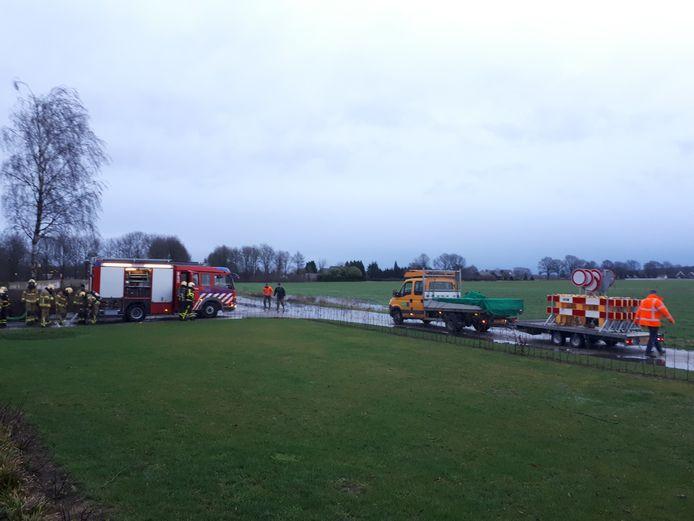 De brandweer is druk in de weer met de mest in Didam.