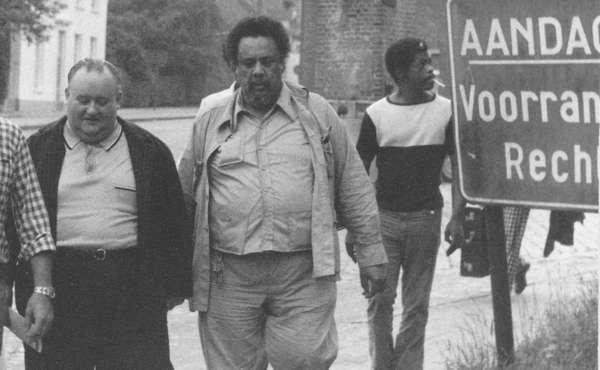 Juul bracht een resem bekende jazzmuzikanten naar Heist-op-den-Berg. Hier wandelt hij op een oude foto naast de Amerikaan Charles Mingus. Die is al in 1979 overleden.