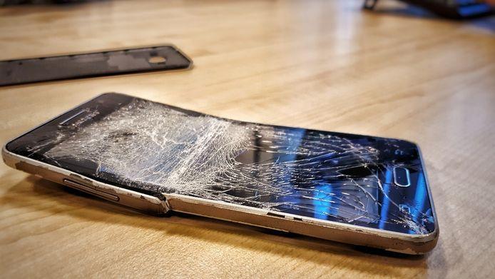 Een man in Tiel mishandelde een vrouw en vernielde haar telefoon.
