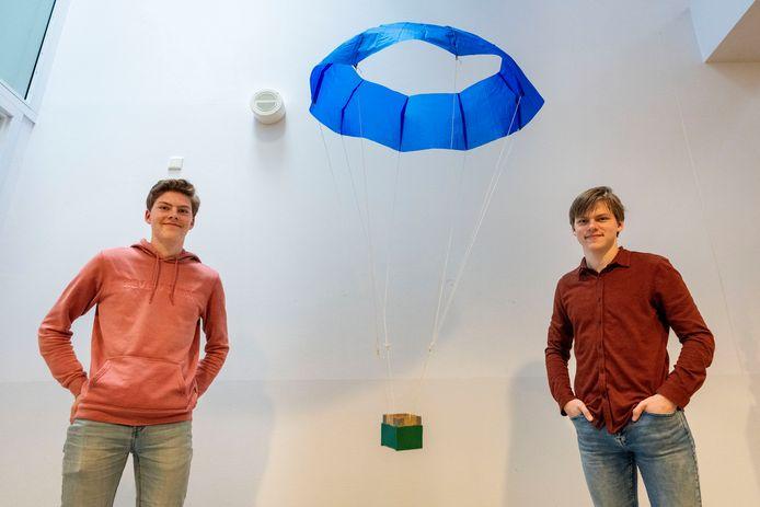 Finn Snijders (links) en Janne Jacobs met hun parachute.