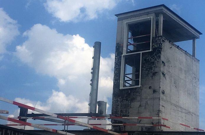 De toren is hersteld, met bovenaan een nieuw deel. De zwarte roetschade verdwijnt, want tegen eind juni krijgt de toren nieuwe bepleistering.