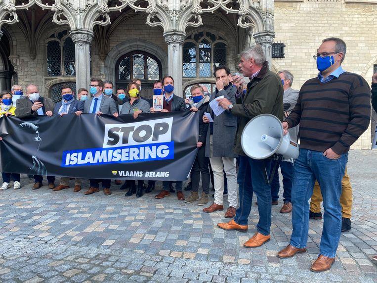 Vlaams Belangers, onder wie ook Tom Van Grieken en Filip Dewinter, tijdens het protest in Mechelen.  Beeld Tim Van der Zeypen