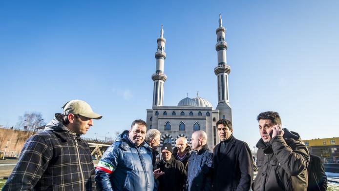 Een aantal moskeegangers van de Essalam Moskee vreest dat Arabische geldschieters uit de Emiraten de macht willen overnemen.