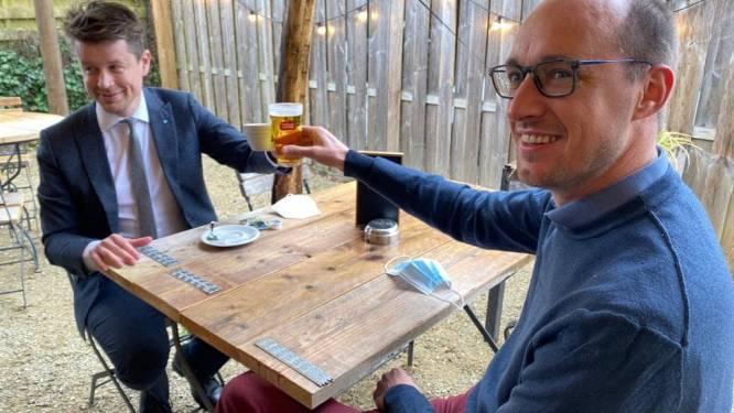 Minister Van Peteghem drinkt eerste pintje aan 6% btw in zijn De Pinte