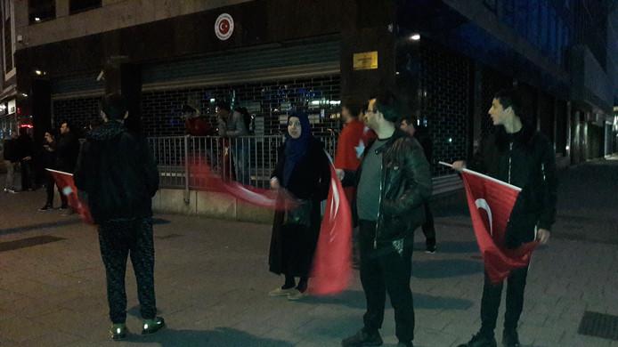 Turken vieren de uitslag van het Turkse referendum.