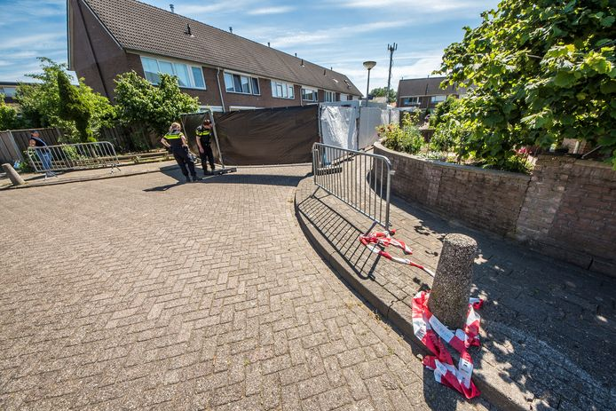De woning aan Jan Vermeerstraat in Haaksbergen is met schermen met zwart zeil afgezet.