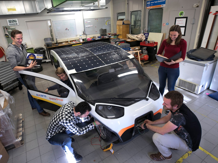 Het Solar Team bij hun Stella Vie. V.l.n.r. Daan Roordink, Nils Terpstra, Martijn Tuijten, Koen van Vugt en Karlijn Fransen.