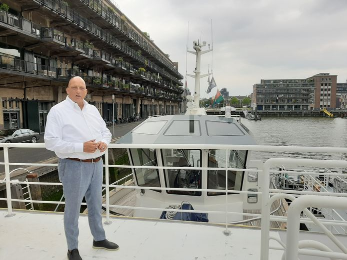 Herman den Blijker op het ponton voor de deur van zijn restaurant Goud.