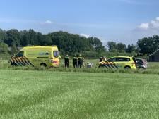 Ernstig ongeluk in Renswoude: twee fietsers gewond, traumaheli landt in weiland