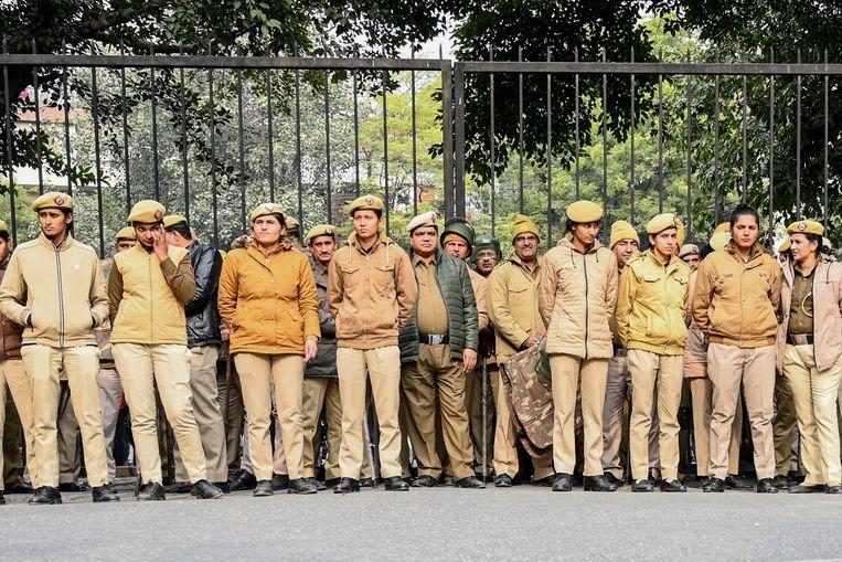Ordetroepen bij de poort van de universiteit. Beeld AFP