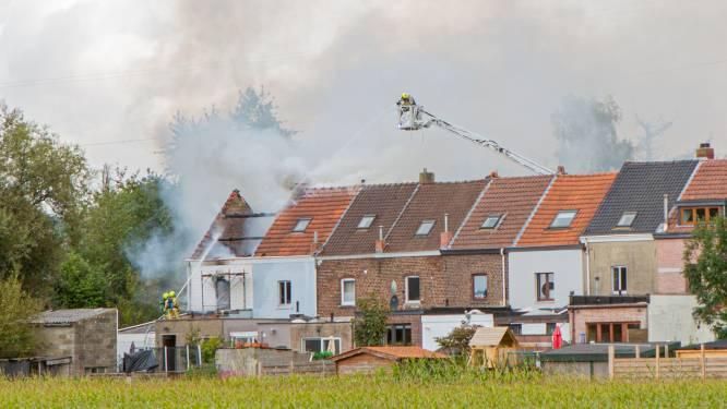 Minstens twee woningen onbewoonbaar na zware dakbrand in Lot